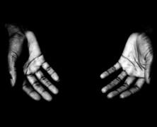 Dłonie proszące o miłość